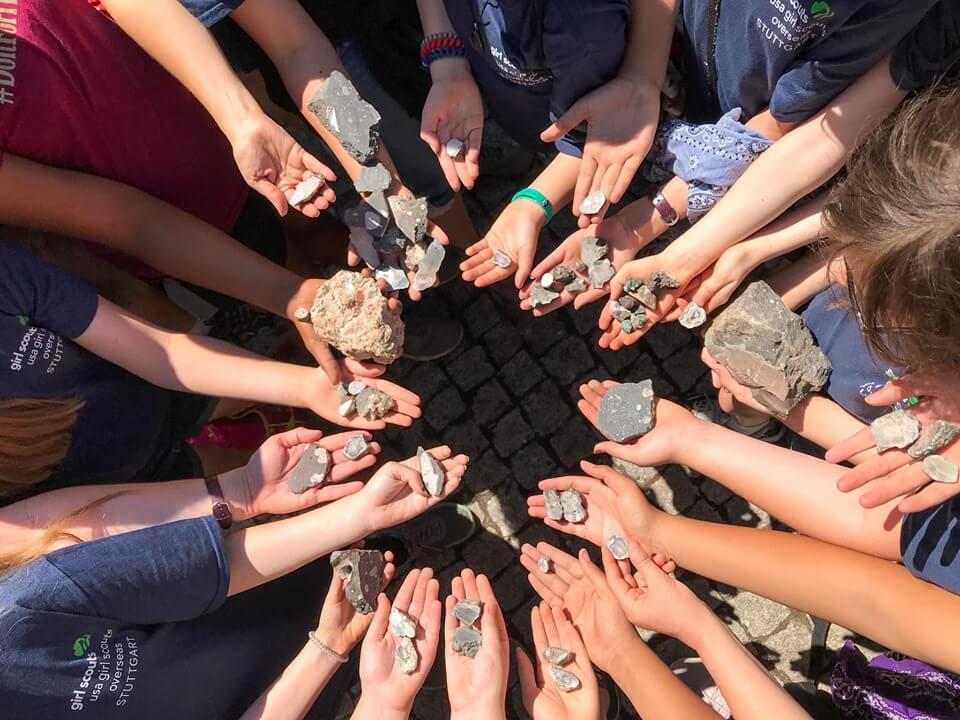 Dzieci szukające minerałów